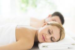 Donna che si rilassa alla stazione termale di salute Fotografia Stock
