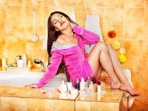 Donna che si rilassa a casa bagno. Fotografie Stock