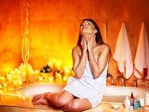 Donna che si rilassa a casa bagno. Immagini Stock