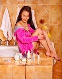 Donna che si rilassa a casa bagno Immagine Stock