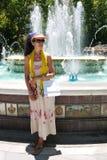Donna che si rilassa dalla fontana dopo la compera Fotografia Stock