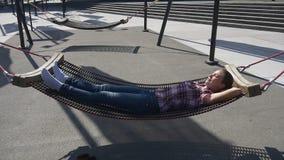 Donna che si rilassa dopo il giorno lavorativo lungo in amaca archivi video