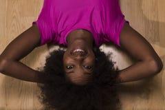 Donna che si rilassa dopo l'allenamento dei pilates Immagini Stock Libere da Diritti