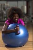 Donna che si rilassa dopo l'allenamento dei pilates Fotografia Stock Libera da Diritti