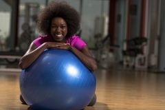 Donna che si rilassa dopo l'allenamento dei pilates Fotografie Stock