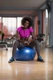 Donna che si rilassa dopo l'allenamento dei pilates Immagini Stock
