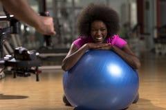 Donna che si rilassa dopo l'allenamento dei pilates Fotografia Stock