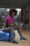 Donna che si rilassa dopo l'allenamento dei pilates Immagine Stock