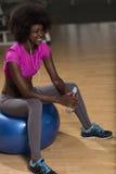 Donna che si rilassa dopo l'allenamento dei pilates Immagine Stock Libera da Diritti