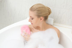 Donna che si rilassa nel bagno e che si lava Fotografia Stock Libera da Diritti
