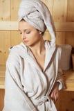 Donna che si rilassa nella sauna Fotografia Stock