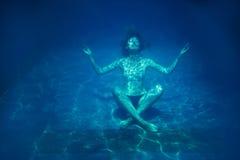 Donna che si rilassa sotto l'acqua fotografie stock