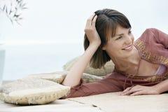Donna che si rilassa su Sofa Outdoors Immagine Stock