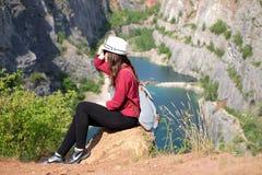Donna che si rilassa su una cima del canyon in repubblica Ceca Fabbricazione del selfie Stile di vita del viaggiatore Donna con l Fotografie Stock Libere da Diritti