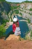 Donna che si rilassa su una cima del canyon in repubblica Ceca Fabbricazione del selfie Stile di vita del viaggiatore Donna con l Immagini Stock