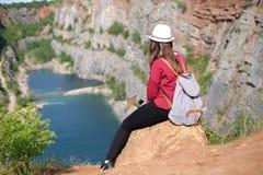 Donna che si rilassa su una cima del canyon in repubblica Ceca Fabbricazione del selfie Stile di vita del viaggiatore Donna con l Fotografia Stock Libera da Diritti