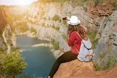 Donna che si rilassa su una cima del canyon in repubblica Ceca Fabbricazione del selfie Stile di vita del viaggiatore Donna con l Immagini Stock Libere da Diritti