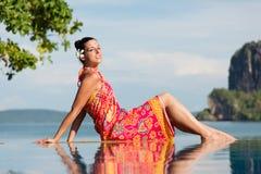 Donna che si rilassa sul viaggio della Tailandia immagini stock