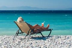 Donna che si rilassa sulla spiaggia Fotografia Stock