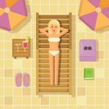 Donna che si rilassa sulle chaise longue al poolside illustrazione di stock