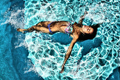 Donna che si rilassa in una piscina Immagini Stock