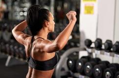 Donna che si scalda per l'allenamento della spalla Fotografia Stock
