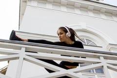 Donna che si scalda prima dell'allenamento fotografia stock libera da diritti