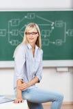 Donna che si siede all'aula Fotografie Stock