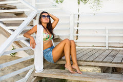 Donna che si siede alla spiaggia Fotografia Stock