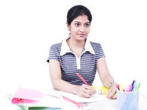Donna che si siede alla sua scrivania Immagine Stock Libera da Diritti