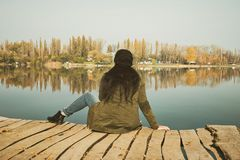 Donna che si siede alla talpa di legno Fotografia Stock Libera da Diritti