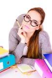 Donna che si siede allo scrittorio in ufficio e nel pensiero Fotografia Stock Libera da Diritti