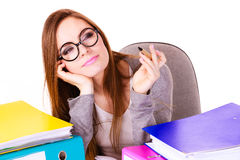 Donna che si siede allo scrittorio in ufficio e nel pensiero Immagine Stock