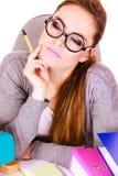 Donna che si siede allo scrittorio in ufficio e nel pensiero Immagine Stock Libera da Diritti