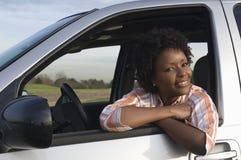 Donna che si siede in automobile Fotografia Stock