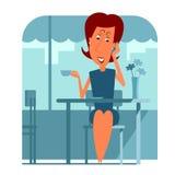 Donna che si siede in caffè e che parla sul telefono Fotografia Stock Libera da Diritti