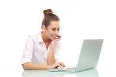 Donna che si siede con un computer portatile Immagine Stock Libera da Diritti
