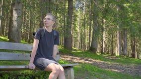 Donna che si siede da solo su un banco