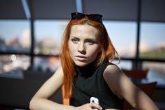 Donna che si siede da solo in un caffè Immagine Stock Libera da Diritti