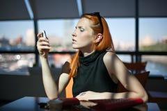 Donna che si siede da solo in un caffè Fotografia Stock