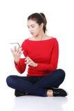 Donna che si siede e che lavora al calcolatore del ridurre in pani, Immagine Stock Libera da Diritti