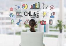 Donna che si siede esaminando scarabocchio dell'introduzione sul mercato online Immagine Stock