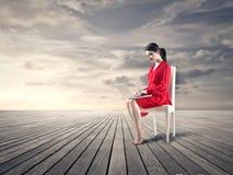 Donna che si siede nel mezzo del nulla Fotografia Stock Libera da Diritti