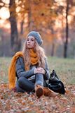 Donna che si siede nel parco in autunno Immagine Stock Libera da Diritti