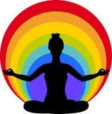 Donna che si siede nella posizione di loto di yoga. Fotografia Stock