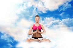 Donna che si siede nella posizione di loto sulle nuvole immagini stock libere da diritti