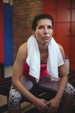Donna che si siede nello spogliatoio della palestra dopo l'allenamento Fotografia Stock Libera da Diritti