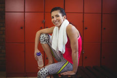 Donna che si siede nello spogliatoio della palestra dopo l'allenamento Fotografia Stock