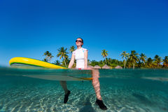 Donna che si siede su un surf all'oceano Immagini Stock Libere da Diritti