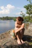 Donna che si siede su una roccia immagini stock libere da diritti